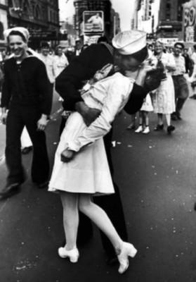 Photographiegeschichte mit unbekannten Ikonen. Alfred Eisenstaedt und der Kuss auf dem Times Square von 1945.